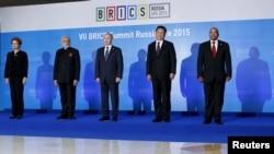 从左至右:巴西总统罗塞夫,印度总理莫迪,俄罗斯总统普京,中国国家主席习近平和南非总统祖马在俄罗斯城市乌法举行的金砖五国峰会上合影。 (2015年7月9日)