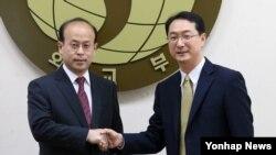 6자회담 한국 측 차석대표인 김건 외교부 북핵외교기획단장(오른쪽) 과 중국측 차석대표인 샤오첸 외교부 한반도사무 부대표가 7일 한국 외교부에서 만나 악수하고 있다.