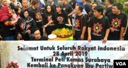 Para buruh dari Konfederasi Rakyat Pekerja Indonesia (KRPI) menggelar syukuran dengan memotong tumpeng pada Hari Buruh Internasional 1 Mei 2019. (Foto: VOA/Petrus Riski)