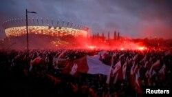 Hình tư liệu - Những người biểu tình đốt pháo sáng và mang cờ Ba Lan trong cuộc biểu tình ở Warsaw, Ba Lan, ngày 11 tháng 11 năm 2015.