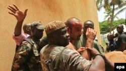 Michel Gbagbo, au centre, peu après son arrestation par les forces loyales à Alassane Ouattara à l'Hôtel du Golf à Abidjan, Côte d'Ivoire, 11 avril 2011.