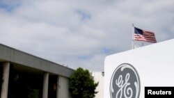 Le logo de General Electric à sa filiale de la compagnie d'aviation à Santa Ana, en Californie, le 13 avril 2016.