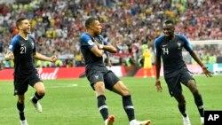 法國球員麥巴比(中)在入球後慶祝。