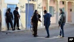 Polisi Tunisia siaga dalam sebuah bentrokan dengan kelompok militan (foto: dok).