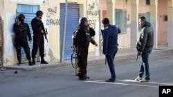 Policiers tunisiens lors d'affrontements avec des militants de Ben Guerdane, le 7 Mars 2016