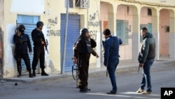 Des policiers tunisiens lors d'affrontements avec des djihadistes à Ben Guerdane, à 650 km de Tunis, lundi 7 mars 2016. (AP Photo)