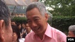 Perdana Menteri Singapura Lee Hsien Loong menyapa warga Singapura di Kedutaan Singapura, Washington DC, pada perayaan Hari Nasional, Minggu (31/7). (VOA/Vina Mubtadi)