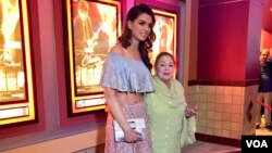 فلم چین آئے نہ کے واشنگٹن کے پریمیئر میں اداکارہ سحرش خان اپنی نانی صبیحہ خانم کے ہمراہ۔