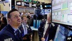 圖為11月7日週一中午,華爾街三大股指上升約2%。