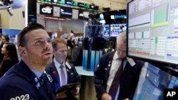 在纽约交易证券市场,工作人员正在监控股市市场(资料照)