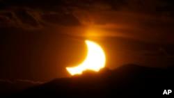 Pomračenje sunca 20. maja 2012. posmatrano iz centra Denvera.