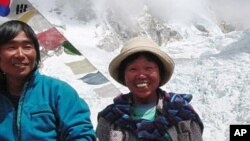 Tamae Watanabe (kanan) berpose bersama fotografer Noriyuki Maruguchi dalam pendakian pertama menaklukkan Everest tahun 2002. Tamae Watanabe menjadi pendaki gunung wanita tertua di usianya yang ke-63, sepuluh tahun kemudian (16 Mei 2012).