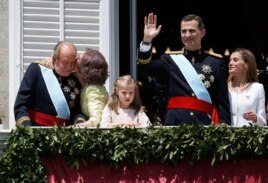 Spain's new King Felipe VI, his wife Queen Letizia, Princess Leonor, King Juan Carlos and Queen Sofia appear on the balcony of the Royal Palace in Madrid, Spain, June 19, 2014.