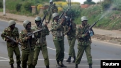 La police anti-émeute tire à balles réelles en l'air pour disperser les partisans de la coalition de l'opposition kenyane National Super Alliance (NASA) à Nairobi, Kenya, le 17 novembre 2017. (REUTERS/Baz Ratner)
