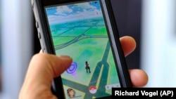 Pokemon GO được chơi trên điện thoại di động tại Los Angeles, ngày 8/7/2016.