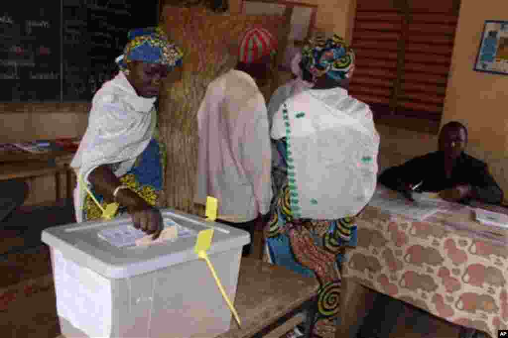 A woman casts her vote for president at a polling station in Niamey, Niger, Monday, Jan. 31, 2011. This impoverished country on the edge of the Sahara took another stab at democracy Monday when it voted for a new president and parliament that are expected