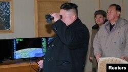 Tư liệu- Ông Kim Jong Un quan sát một vụ phóng thử tên lửa của Bắc Triều Tiên.