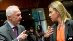 Координатор ЕС по борьбе с терроризмом Жиль де Керхов (слева) беседует с представителем ЕС по внешней политике и безопасности Федерикой Могерини на встрече глав МИД стран ЕС. Брюссель. 19 января 2015 г.