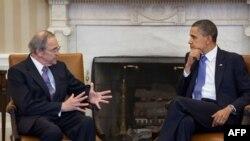 Tổng thống Hoa Kỳ Barack Obama họp với Ðặc sứ Hoa Kỳ về Sudan Princeton Lyman tại Tòa Bạch Ốc, ngày 1 tháng 4, 2011