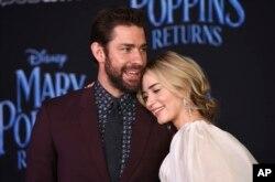 """Emily Blunt (kanan), bintang film """"Mary Poppins Returns,"""" berpose dengan suaminya, John Krasinski, saat penayangan perdana di Dolby Theatre, Los Angeles, 29 November 2018."""