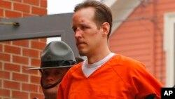 Eric Frein es escoltado por la policía a los juzgados del condado Pike, en Milford, Pensilvania tras ser capturado el jueves.