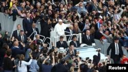 Le pape François salue la foule à la fin de la messe au Vatican, le 20 novembre 2016.
