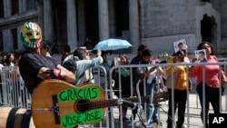 Miles de mexicanos daban el último adiós al cantante José José, a medida sus restos recorrían las principales arterias de Ciudad de México en un cortejo fúnebre. Oct. 9 de 2019. AP/Ginnette Riquelme.