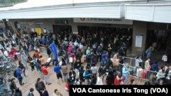 北區水貨客關注組在上水火車站外舉行公開論壇,大批參加者及排隊等候進入上水火車站的疑似水貨客聚集