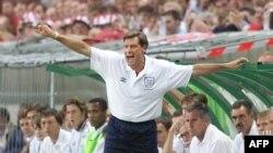 L'entraîneur anglais Glenn Hoddle crie des ordres lors du match du Groupe G de la Coupe du monde de football 1998 opposant l'Angleterre et la Colombie au stade Felix Bollaert de Lens, dans le nord de la France, 26 juin 1998.
