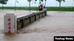 북한 평안북도 박천군, 태천군에 폭우를 동반한 무더기비가 계속 내려 심각한 피해가 발생했다고 북한 관영 조선중앙통신이 26일 보도했다.