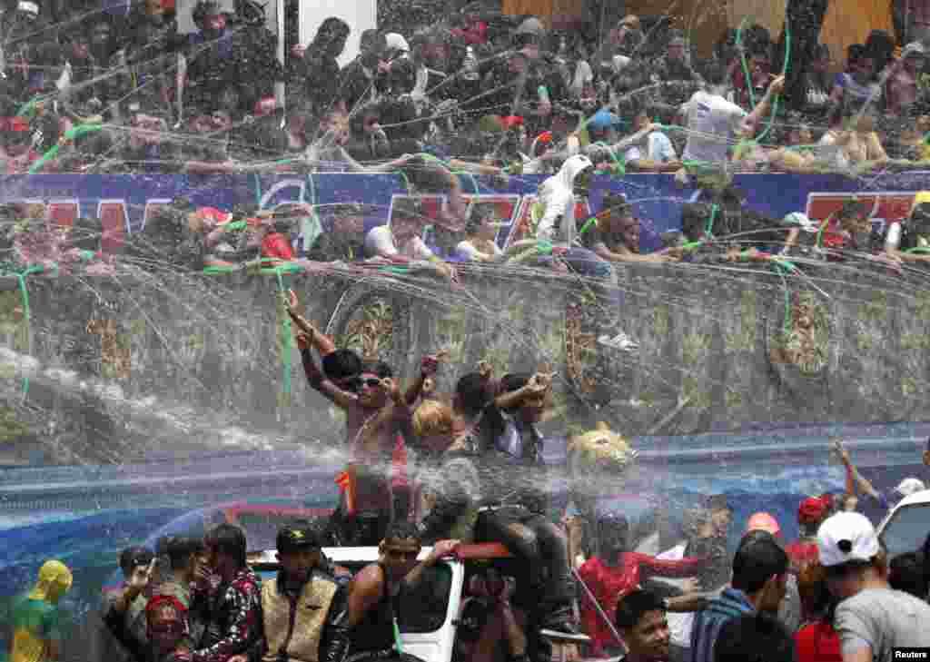 버마 랑군의 신년 물 축제에 참가한 사람들이 물세례를 받고 있다.