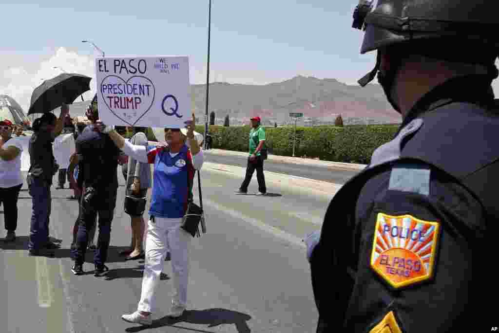 ایک جانب جہاں صدر کے دورے میں لوگوں نے 'گن کنٹرول' سے متعلق قانون سازی کا مطالبہ کیا وہیں ٹرمپ کے حامیوں نے بھی مظاہرے کیے۔