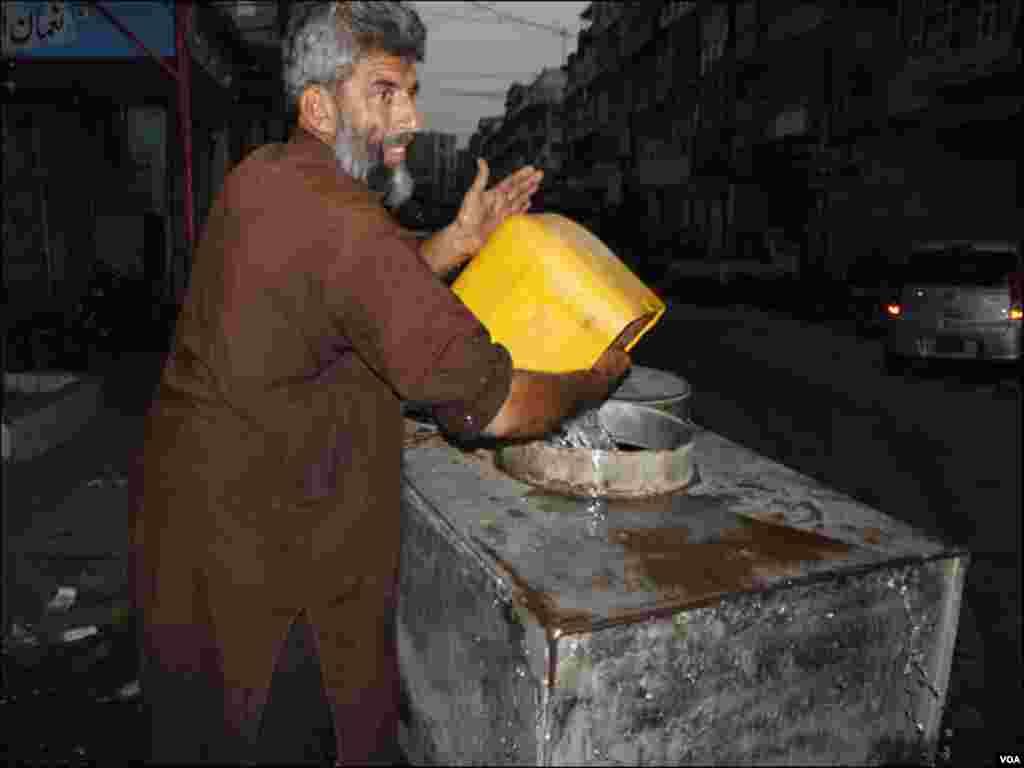 مختلف افراد گھروں پر پانی پہنچاکراپنا روزگار حاصل کرتے ہیں۔