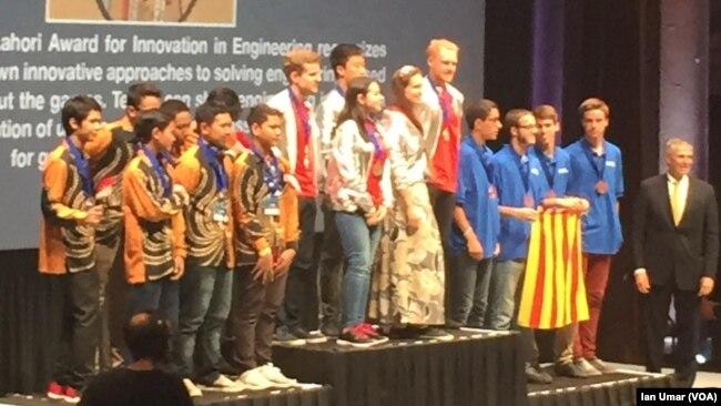 Tim Robotik Indonesia di panggung bersama tim Latvia dan Spanyol.