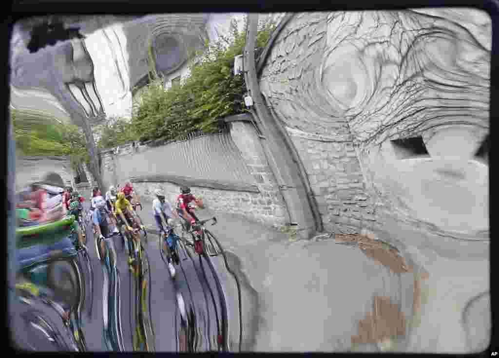 ក្រុមអ្នកជិះជាមួយនឹងកីឡាករ Chris Froome របស់អង់គ្លេស ដែលអ្នកនាំមុខរបស់ខ្លួនស្លៀកពាក់ពណ៌លឿន ត្រូវបានគេប្រទះជាមួយនឹងចំណាំងផ្លាតពីកញ្ចក់នៅតាមផ្លូវមួយ ក្នុងពេលប្រកួតជិះកង់ Tour de France ក្នុងវគ្គទី២១ ទៅលើចម្ងាយផ្លូវ១១៣គ.ម ជាមួយនឹងចំណុចចាប់ផ្តើមនៅក្នុងសង្កាត់ Chantilly និងបញ្ចប់នៅក្នុងក្រុងប៉ារីស ប្រទេសបារាំង។