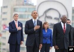 美国总统奥巴马和国务卿克里在古巴首都哈瓦那的革命广场上的独立英雄何塞·马蒂纪念碑前举行的欢迎仪式中,倾听美国国歌(2016年3月21日)