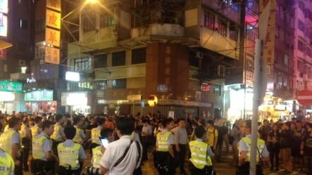 香港占领人士在旺角占领区砵兰街与警方对峙