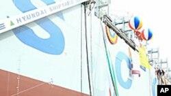 선박인도 1억톤 기념선박인 코스코 페이스호를 배경으로 한 현대중공업 경영진의 단체 사진.
