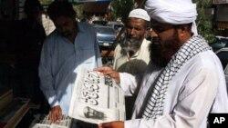 星期一巴基斯坦民眾在閱讀有關本拉登死亡報道
