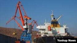 러시아 시베리아산 유연탄 선적작업이 지난 27일 라진항에서 이뤄지고 있다.