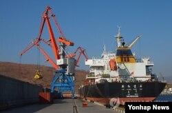 지난 2014년 11월 남·북·러 물류 협력 사업인 라진-하산 프로젝트의 사업 타당성을 확인하기 위해 진행된 러시아 시베리아산 유연탄 선적작업이 북한 라진항에서 이뤄지고 있다. 유연탄 4만500t을 싣고 라진항을 출발한 화물선은 이틀뒤 한국 포항에 도착했다.