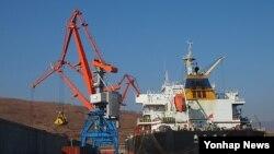 남·북·러 물류 협력 사업인 라진-하산 프로젝트의 사업 타당성을 확인하기 위해 진행된 러시아 시베리아산 유연탄 선적작업이 지난 27일 라진항에서 이뤄지고 있다.