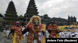 """Para penari membawakan tarian Sidakarya dalam doa bersama untuk mengucap syukur dan memohon berkah saat pelaksanaan kelaziman baru atau """"new normal"""" di Pura Besakih, Karangasem, Bali, 5 Juli 2020. (Foto: Reuters)"""