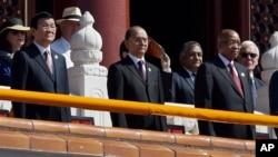 Chủ tịch Việt Nam Trương Tấn Sang (trái), Tổng thống Myanmar Thein Sein (giữa) dự khán buổi lễ duyệt binh hoành tráng ở Quảng trường Thiên An Môn, Trung Quốc, ngày 3/9/2015.