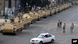 Tentara Mesir berjaga dengan kendaraan lapis baja di sekitar Lapangan Tahrir, Kairo, 16 Agustus 2013 (Foto: dok). Mesir mengkritik keputusan AS untuk menangguhkan bantuan dalam bentuk bantuan militer dan bantuan tunai bernilai ratusan juta dolar, (9/10).