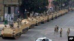 2013年8月在埃及首都开罗的解放广场,军方部署军队和装甲车辆防守广场入口处。
