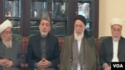 Predsjednik afganistana Hamid Karzai (drugi sa lijeva) sa novim predsjednikom Visokog mirovnog vijeća Afganistana Burhanuddinom Rabbanieje (drugi sa desna)