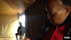 Isisebenzi seZEC sihlola ugwalo lokuvota olwe voters' roll koBulawayo lapho okuqhutshwa khona uhlelo lokuhlola amagama kugwalo lolu.