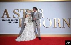 بردلی کوپر و لیدی گاگا در اکران اول فیلم «ستاره ای متولد می شود» در لندن