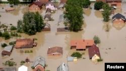 Foto udara kota Orasje, di Bosnia-Herzegovina, yang dilanda banjir hari Minggu (18/5).